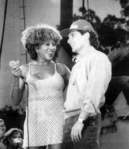 """Sem contar Tina Tuner, que o levou para o palco após a corrida da Austrália, a última de Senna na Fórmula 1. Nesta noite, ela cantou especialmente para ele um de seus sucessos, """"Simply The Best"""""""
