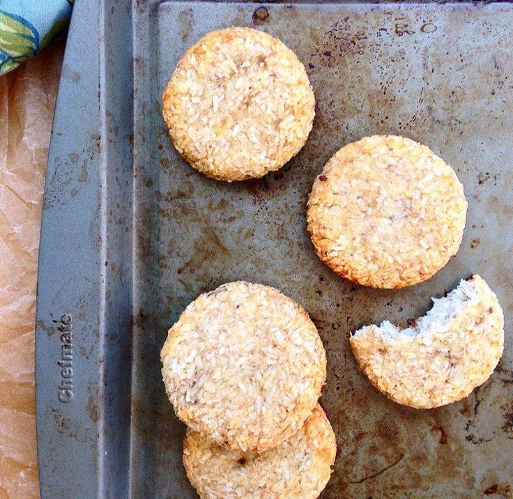 Банановое-кокосовое печенье   Ингредиенты:  • 1 банан  • ¾ чашки кокосовой стружки   Инструкции:  1. Разогреть духовку до 170 градусов. Смазать противень и отставить в сторону.  2. Взбить в блендере оба ингредиента.  3. Сформировать из массы печенья, выложить на противень и запекать в течение 25 минут до золотистости.