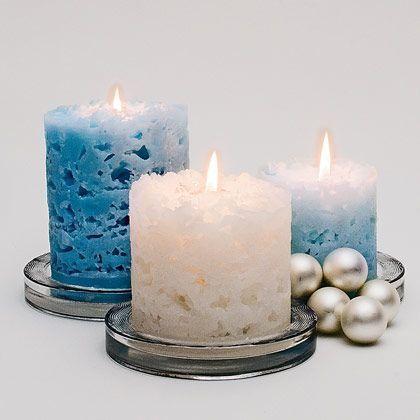 Så här gör du ljuset: Allt du behöver för att göra ljuset är gamla ljusstumpar, ett papprör med botten eller en tom mjölkförpackning och en näve isbitar. Ställ ett stearinljus i mitten av din pappform. Fyll på med isbitar runt ljuset. Smält stearin i vattenbad och häll i formen. När stearinet stelnat och isbitarna smälter …