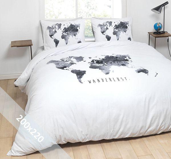 Essara dekbedovertrek 'Wanderlust' wit. Een tweepersoons (200x220 cm) dekbedovertrek van 100% zacht katoen met als basis een witte achtergrond. Daarop is de wereldkaart in grijstinten gedrukt. Onderaan is de tekst 'Wanderlust' te lezen.
