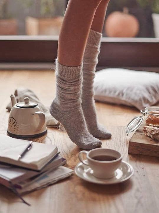 het gezellige van alleen bezig zijn met iets waar je van houdt, schrijven, lezen... ongestoord jezelf zijn