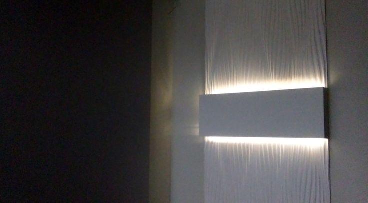 zabudowa z płyt GKB i ozdobnych paneli gipsowych z podświetleniem taśmą LED