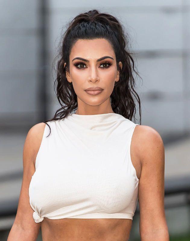 Kim Kardashian Und Ihre Einfachste Frisur So Macht Der Beste Influencer Gekammt Kimkar In 2020 Kim Kardashian Hair Kim Kardashian Makeup Kim Kardashian Haircut