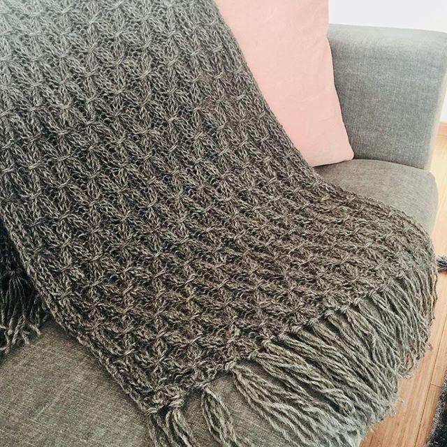 Sticka en varm pläd till din soffa i svensk Gotlandsull. Se www.knit4u.se #nature #knittingpattern #sticka #interiordesign #pläd #inredning #garn #wool