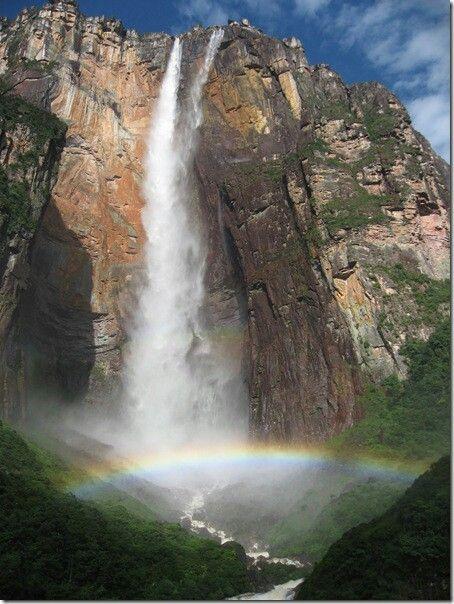 Может это и не такой живописный водопад какИгуасу,ВикторияиНиагара, но зато он самый высокий в мире — водяному потоку Анхеля приходится пролететь почти километр, чтобы достичь земли! Водопад Анхель в 20 раз выше, чем Ниагарский водопад!