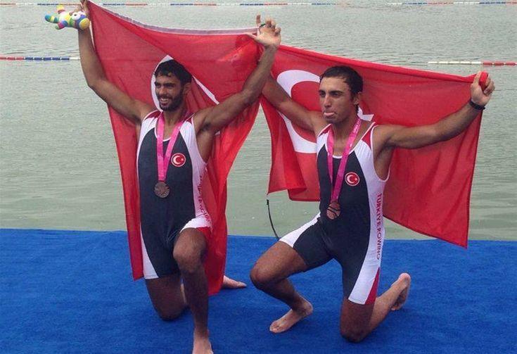 Milli sporcular Gökhan Güven - Eren Can Aslan ikilisi, mücadele ettikleri 2. Yaz Gençlik Olimpiyatları'nda bronz madalyaya uzanarak önemli bir başarıya imza attılar.