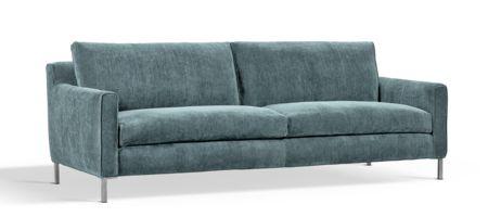 Jens Juul Eilersen är tillbaka med ännu en soffa - Ash. Denna gången har han haft ett av sina största mästerverk, Great Lift, som utgångspunkt. Vad som utmärker just Ash är att den är framtagen för att fungera både som en soffa såväl som en extra säng för de tillfällen du får övernattande gäster. Av den anledningen har formgivaren också lagt allra största vikt vid sittplymåernas komfort. Soffan är därför även väldigt slimmad i sin yttre ram och generös i sitt djup. Du kan enkelt plocka bort…