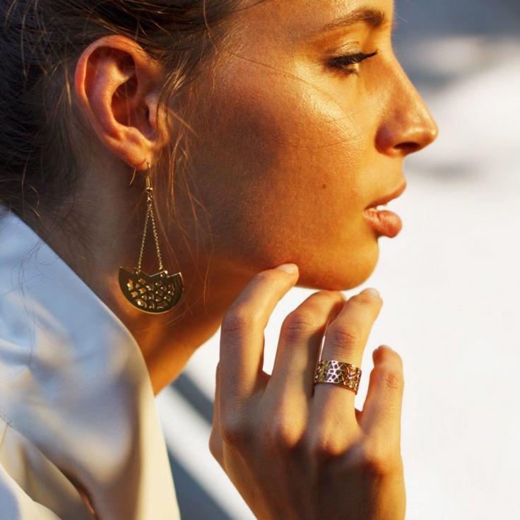 Boucles d'oreilles pendantes demi-lunes ajourées en plaqué or jaune18carats.