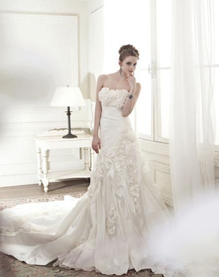 fiorini nel busto con la coda a strascico lungo abito da sposa