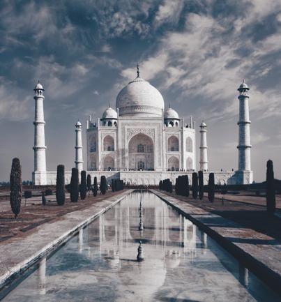 TAJ MAHAL (INDIA) – Un monumento all'amore, un mausoleo fatto costruire nel 17° secolo dall'imperatore moghul Shah Jahan in memoria della moglie. Ma oggi è messo a rischio dall'inquinamento, dagli scadenti interventi di restauro e dai milioni di turisti. Al punto che da più parti si invoca il numero chiuso per le visite (ph: Getty Images).513317227Taj Mahal, IndiaGetty Images/iStockphoto