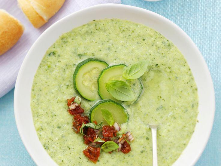 Kalte Gurkensuppe mit Basilikum | Kalorien: 197 Kcal - Zeit: 30 Min. | http://eatsmarter.de/rezepte/kalte-gurkensuppe-mit-basilikum