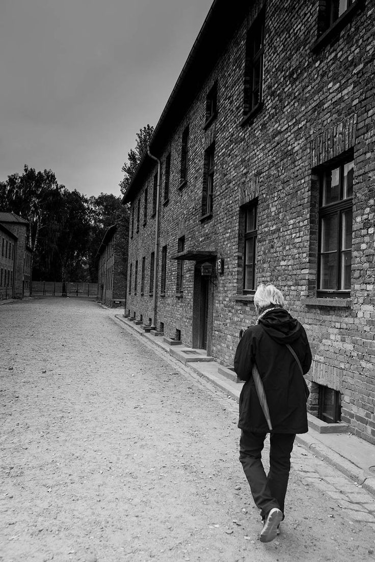 visit_Auschwitz_Birkenau_concentration_camps_holocaust_images_guided_tour_to_Auschwitz_museum