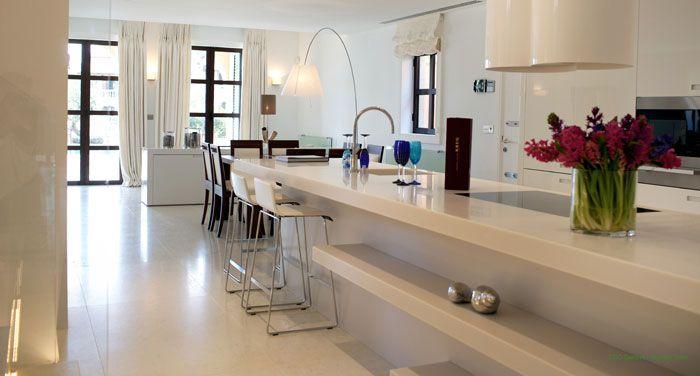 Частная резиденция на Кипре. Пол на кухне, лестница и кухонная столешница сделаны из мраморных плит Bianco Perlino, поверхность камня матовая и мелкозернистая.