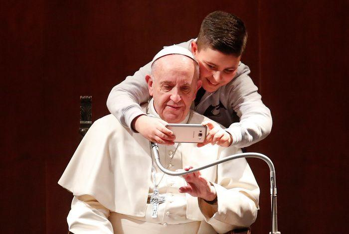 【写真特集】度胸ある?少年、ローマ法王と「自撮り」で記念撮影(アフロ) - Yahoo!ニュース