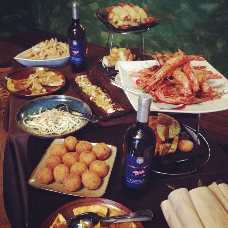 Gamberoni gratinati, arancini di pesce, pasta fredda con pesce spada, pizza con calamari, insalata di polpo e patate, gamberoni hot dog. Questo è' l'#aperitivo a #lacrostaceria!  #fish #food #instafood #rionemonti #viadeicapocci26 #roma