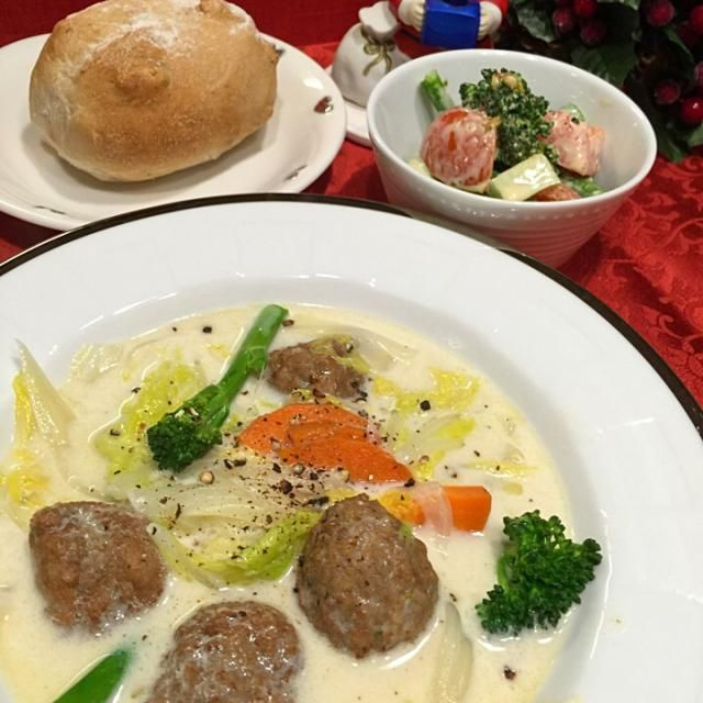 白菜とミートボールのミルク煮 ブロッコリー・トマトのバジル風サラダ クルミパン  おでん 残りのおかず   白菜どっさりスープにしたら、ペロリとみんな食べちゃった。 白菜、美味しい〜〜  ってか、ワイン白から赤へ、飲み過ぎ〜〜 - 138件のもぐもぐ - 白菜とミートボールのミルク煮 by Mina0602