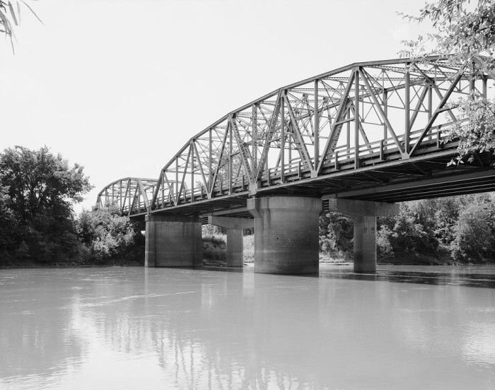 20. Black River Bridge: This bridge carries U.S. Route 67 (US 67) across the Black River in Pocahontas, Arkansas. This bridge consists of two Parker trusses, one on either side of a Warren swing span, and trestled approaches, giving it a total length of 1,255 feet.