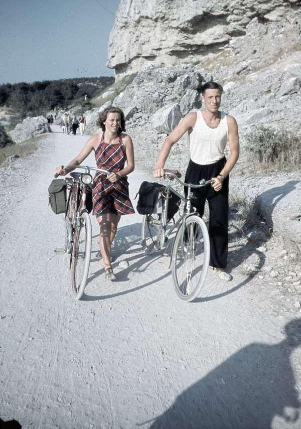 1938. En man och en kvinna leder var sin cykel. Fotograf: Lundh, Gunnar