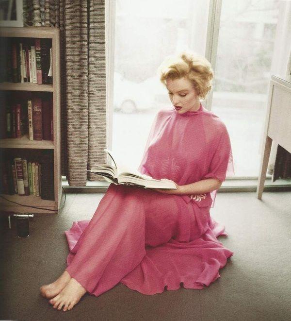 Monroe reads.      Marilyn Monroe