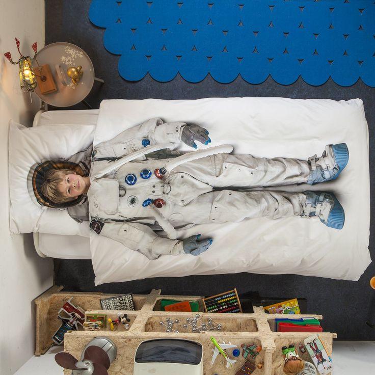 10, 9, 8... Det vil ikke ta lang tid å drømme seg vekk til galakser langt, langt vekke i dette stilige astronaut-sengesettet fra Snurk. Perfekt for unge stjernekikkere som trenger å lukke øynene en gang imellom.