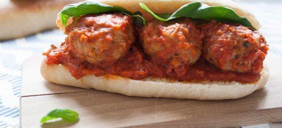 #Panino tipo #hotdog con le #polpette al sugo | Chezuppa! #ricetta #recipe #sandwich #meatballs