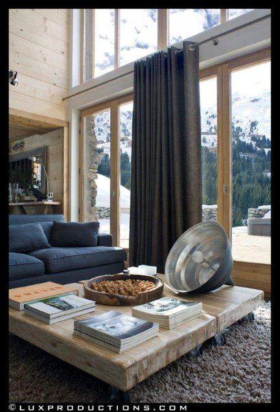 La pièce à vivre du chalet exploite la double hauteur sous toiture, profite de la lumière et du paysage environnant.http://www.maison.com/architecture/portraits/camille-hermand-architecte-ecoute-7580/galerie/34565/