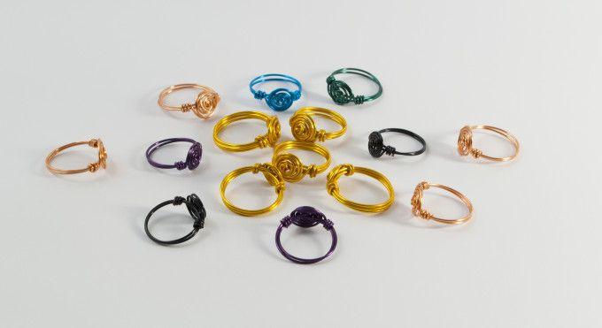 Piccoli anelli realizzati a mano con filo di rame, filo di rame colorato o alluminio color oro acceso.