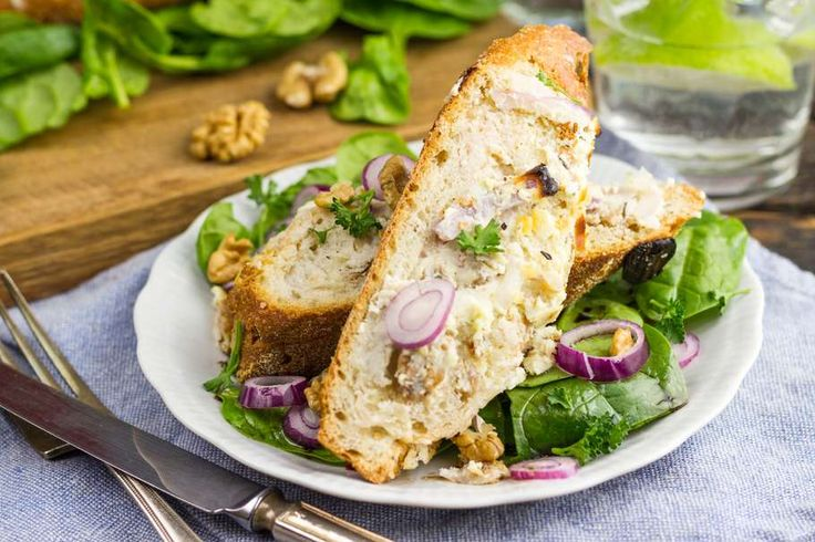 Recept voor gevuld stokbrood voor 4 personen. Met zout, olijfolie, peper, walnoot, geitenkaas, spinazie, rode ui, ei, honing, tijm en knoflook