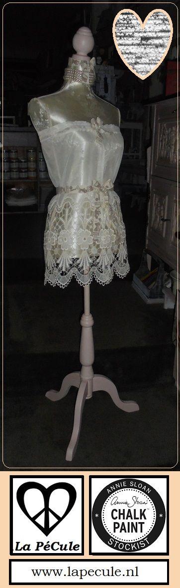 Gered van 't grof vuil: gerepareerd, geverfd met Chalk Paint™, gedecoreerd met oude vitrage, vintage linten & sieraden <3