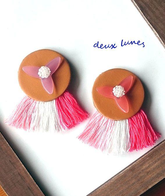 """本革のボタンに花びら状のモチーフとベリービーズをトッピングして、フリンジをつけたブローチです。サイズ 約 6×3.5cm(ボタン直径3.5cm)カラー ピンク(左)・ローズ(右)素材  ボタン(本革)・花びらモチーフ(la droguerie)・ベリービーズ・刺しゅう糸・etc.※ カラーは配送方法欄でお選びください。※ プレゼント包装をご希望の方は、備考欄に""""ラッピング希望""""とご記入ください。"""