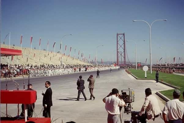 Na foto, de 1966, as Forças Armadas e a Mocidade Portuguesa marcham na inauguração da ponte. ESPÓLIO DE MAURETTE HUNTER http://www.sabado.pt/multimedia.html?fancyID=27466#link_time=1461075763