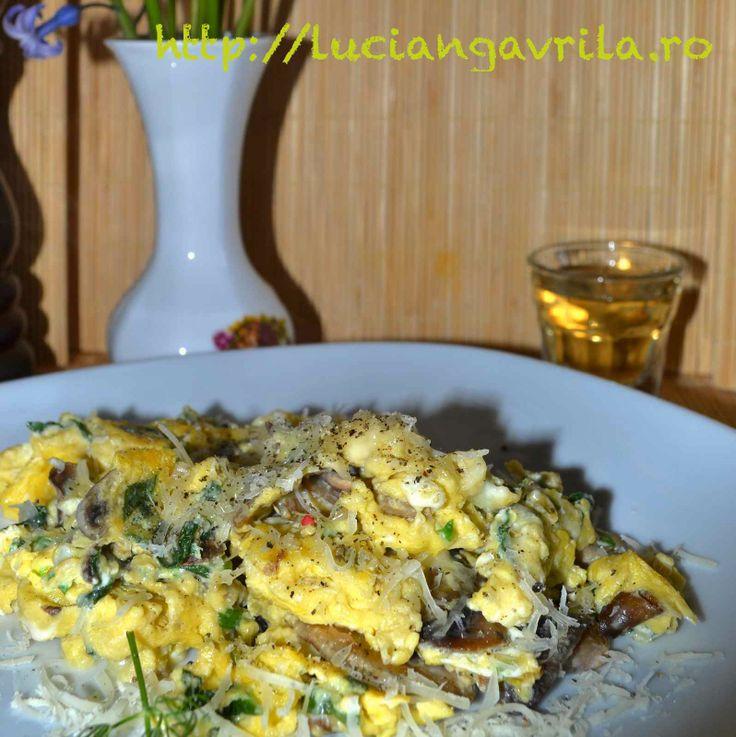 Omelette with goat cheese, mushrooms and spinach Scrob cu ciuperci, brânză de capră și spanac