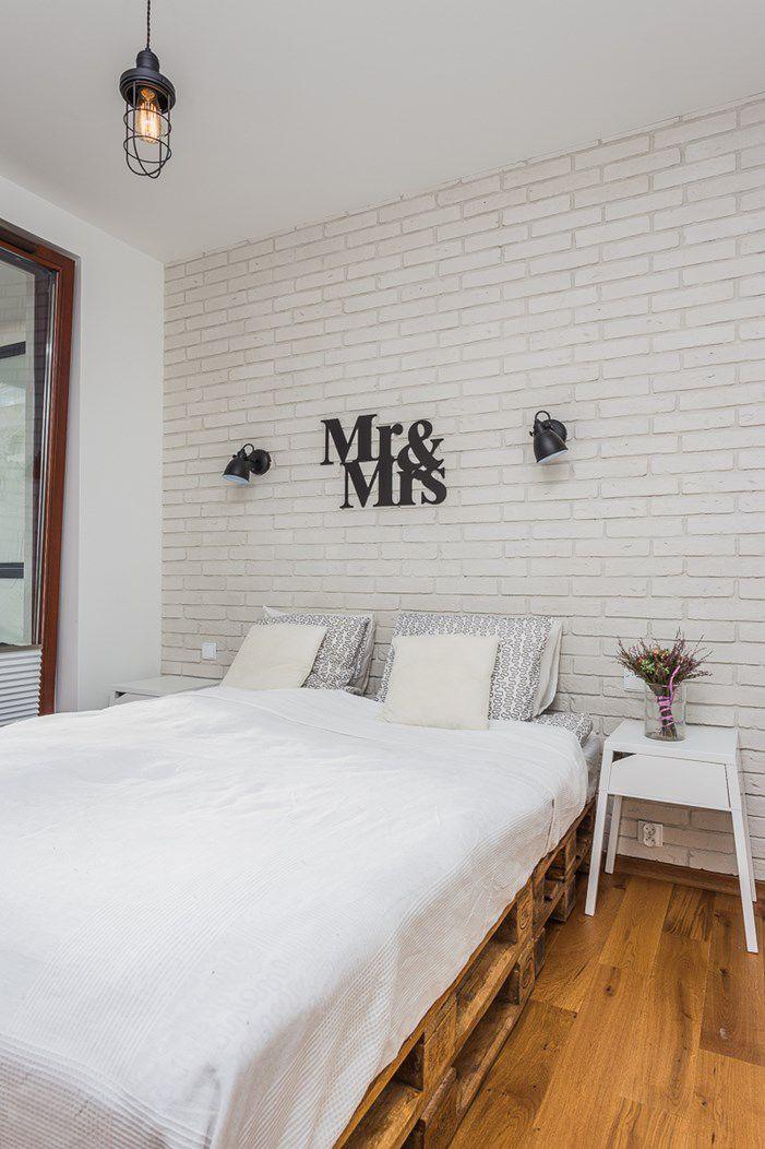 Białe cegły w sypialni