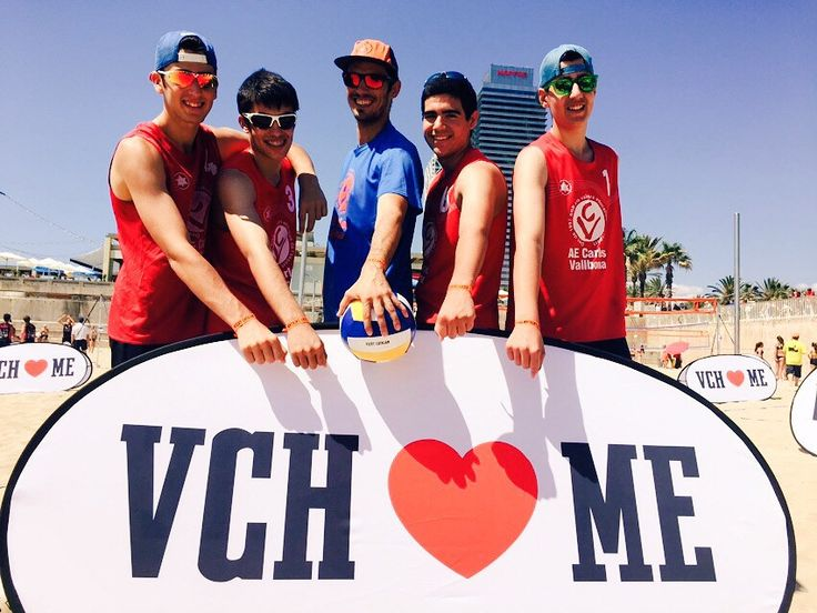 https://flic.kr/p/uFtVuf | Participantes del evento #VCHVoley, en la playa de Nova Icària Barcelona, mostrando sus pulseras-acreditaciones