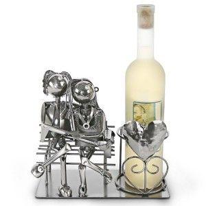 """Porta bottiglia """"Coppia di Innamorati"""": un regalo originale per un anniversario da ricordare  Volete stupire con un regalo originale e raffinato? Il porta bottiglia """"Coppia di innamorati"""" è il regalo giusto per un matrimonio o per un anniversario importante. È adatto per bottiglie di vino, whisky o similari con il diametro di circa 8 centimetri. Le dimensioni di questo accessorio sono circa 26 x 11 x 22 centimetri.  http://www.gifts-regalioriginali.it/"""