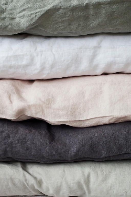 Underbart sköna sängkläder i tvättat linne från svenska Tell Me More. Finns i färgerna vit, grått, mörkgrått och rosa. Påslakan finns i storlekarna 150x200 och 220x240 cm. Örngott säljes separat.