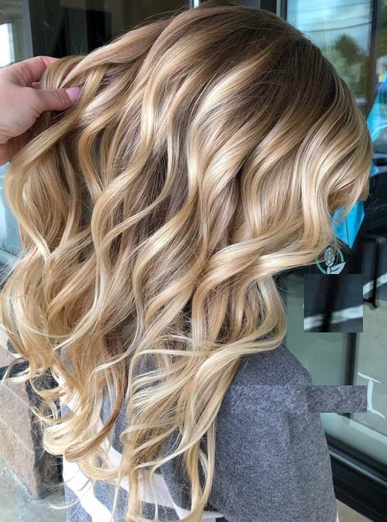 """Balayage is suitable for bleaching as well as for colorations from brown to red. """"However, the technique is ideal for the sun-kissed look, because the result works best here,"""" says the professional. #haartrend # haartrends2018 #elivyahair #frisurentrends #hochzeitsfrisuren"""