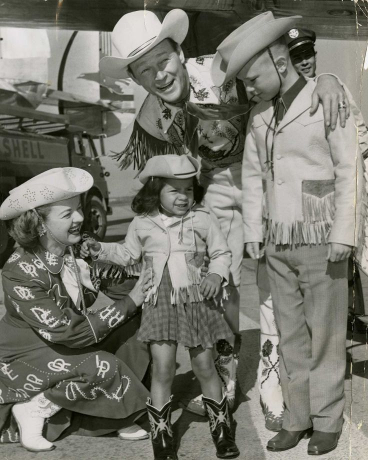Roy Rogers & Dale Evans with 2 of their 'rootin' tootin' fans in 1956