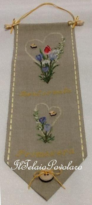 Bordo in lino  con a-jour  laterale, due cuori  e tanti fiori  a punto croce  all'insegna della primavera