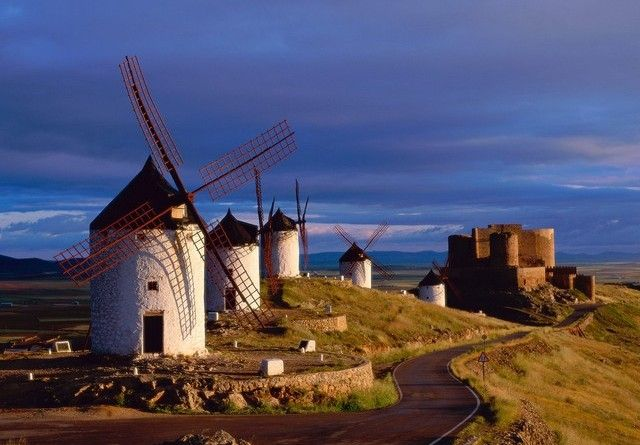 mulini a vento - La Mancia (Spagna centrale) è la terra di Don Chisciotte, e ancora oggi le pale dei mulini a vento riportano alla mente le rocambolesche e famose avventure dell'hidalgo e del suo scudiero Sancho Panza.