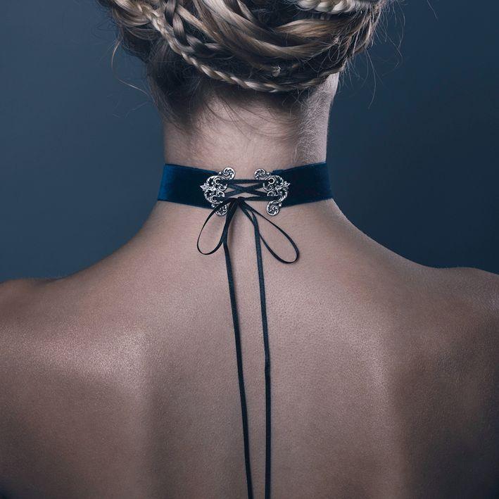 Choker, uma tendência atual que mistura a moda com a joalheria, feito já reproduzido no rococó