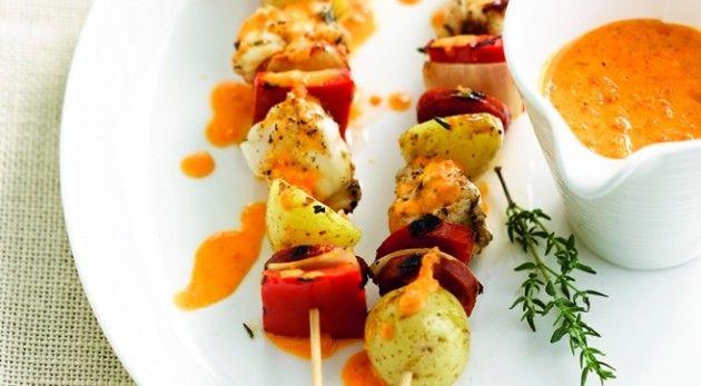 Leg de gewassen, ongeschilde aardappelen in een kom en zet ze half onder water. Dek af met folie en gaar ze 8 minuten in de microgolfoven op maximumvermogen. Snijd de aardappelen daarna in 2. Snijd de gepelde ui en paprika's in gelijke blokjes. Snijd de zeeduivelfilet in stukken van ongeveer 50 g. Doe 1/4 van …