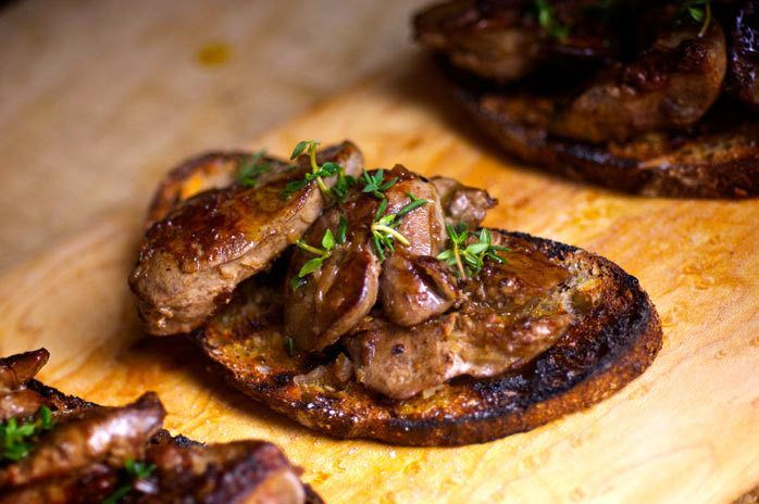 Тосты с куриной печенью https://foodmag.me/tosty-s-kurinoj-pechenyu  Время приготовления: 30 мин. Сложность приготовления: Очень просто Количество порций: 1 Количество ингредиентов: 11  Ингредиенты: 0,5 ч.л. сушеного орегано. 2 крупных помидора. 2 небольших зубчика чеснока. 2 ст.л рубленой петрушки. 2 ст.л. жирных сливок. 30 г сливочного масла. 350 г куриной печени. 6 ломтиков белого хлеба. Растительное масло для жарки. Соль по вкусу. Черный молотый перец по вкусу,.  Этапы приготовления…