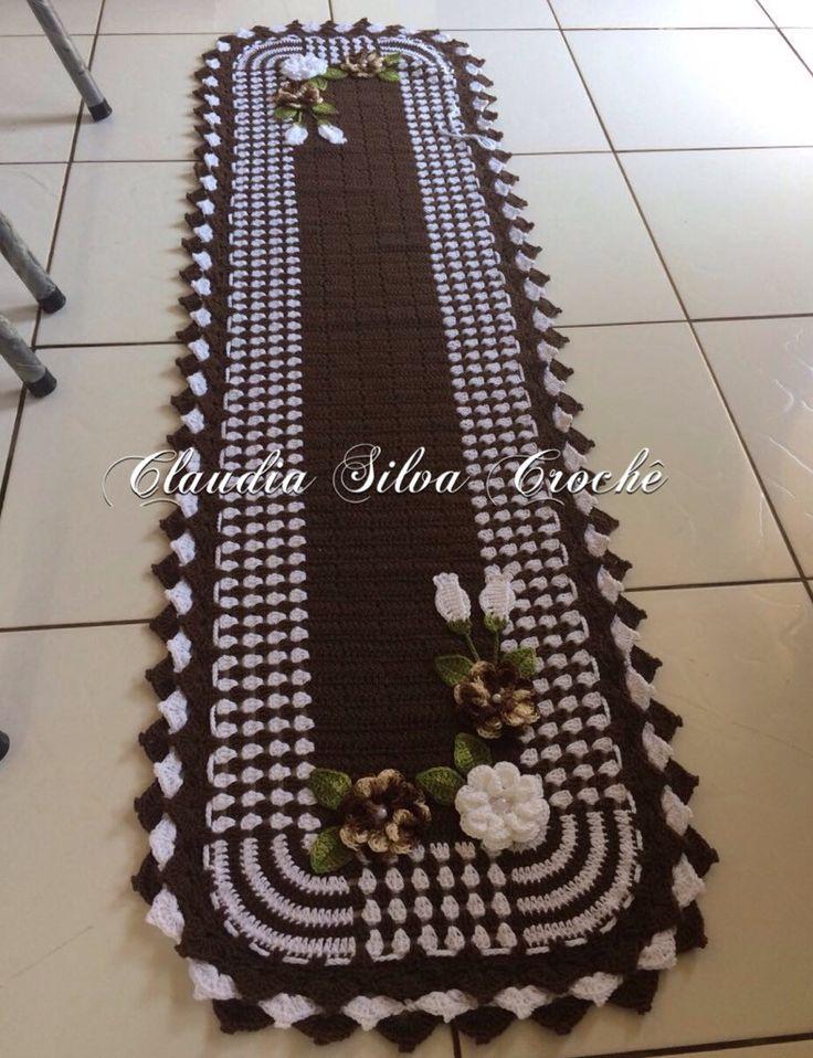 Passadeira ou caminho de mesa em crochê para quarto ou cozinha na cor marrom e branco com aplicação de flores  Tamanho 1,50/0,55  Pode ser feita em outras cores