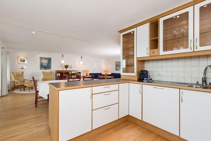 cuisine bois et blanc moderne avec parquet en bois clair, crédence en carreaux carrés et armoires en bois et blanc