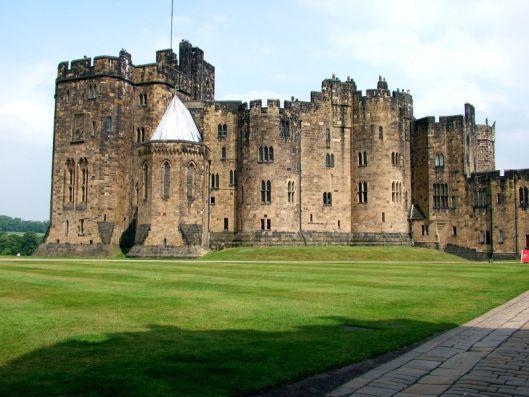 Castello di Alnwick, nella regione inglese del Northumberland. Si presenta come il secondo più grande castello abitato dell'Inghilterra (secondo solo al castello di Windsor) costruito nel 1096 da Yves de Vescy, barone di Alnwick.