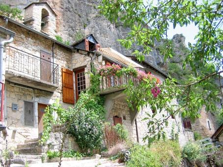 Gite La Petite Maison à POugnadoires hameau des Gorges du Tarn près de Sainte Enimie. Ce Gite de France 2 épis accueille jusqu'à 4 personnes, et est ouvert de mars à novembre. Wifi et accueil bébé gratuit. Infos et résas sur :www.gitepougnadoires.fr