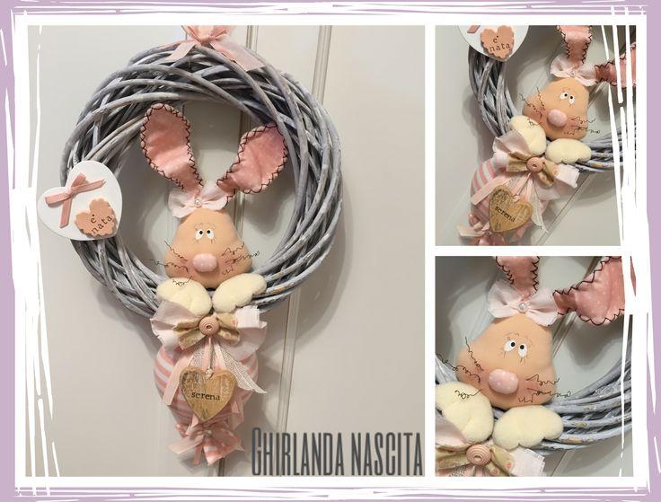 Ghirlanda nascita, con coniglietto realizzato interamente a mano e decorato con fiocchi, cuori e bottoni