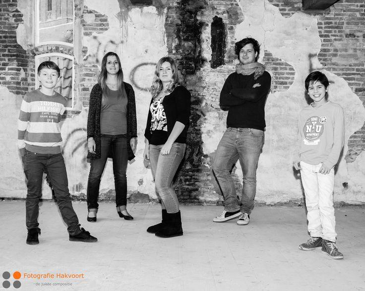 Een #familiefoto of #groepsfoto hoeft niet altijd in een clubje bij elkaar. Deze locatie lokt uit om een andere opstelling te kiezen. #fotoshoot #groepsfoto