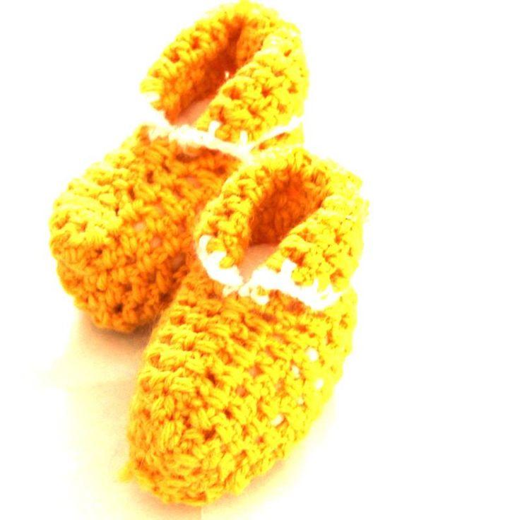 Meravigliose babbucce gialle per neonati realizzate a mano all'uncinetto